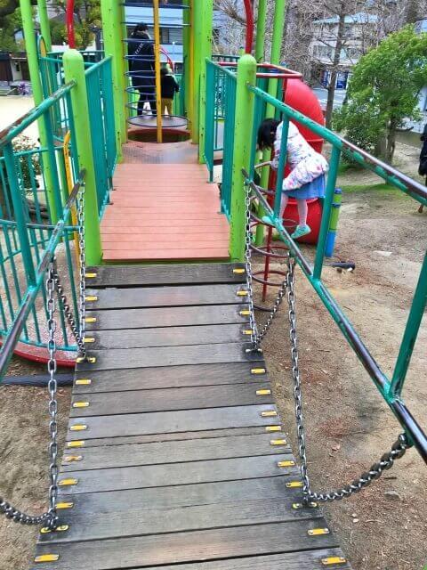 東高津公園の複合遊具にあるチェーンの橋