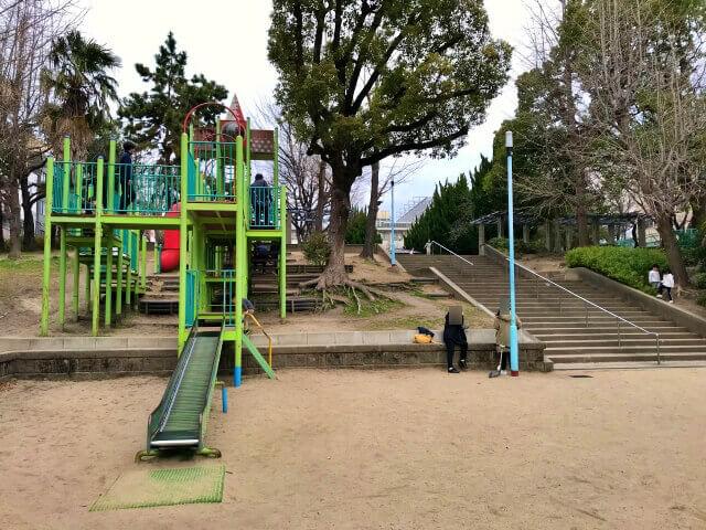 東高津公園の複合遊具と階段