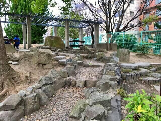 東高津公園の水が流れるミニ庭園