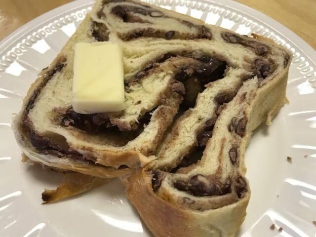 食パン工房「むぎ」のあん食パンを軽くトーストしバターを乗せる