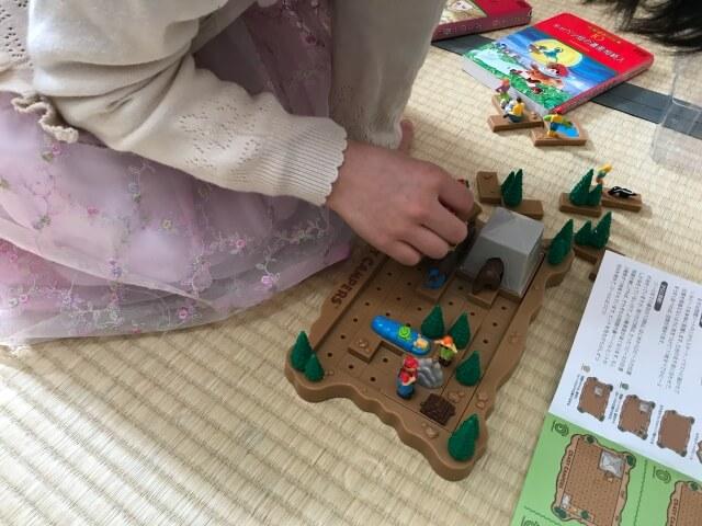 子供がボーネルンドの知育パズル「クレイジーキャンプパズル」をしている様子