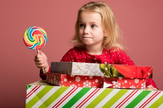 子供におやつやお菓子をたくさん買い与えているイメージ