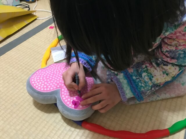 ボーネルンド「プッシュクラフト・クッションハート」を子供が作っている様子