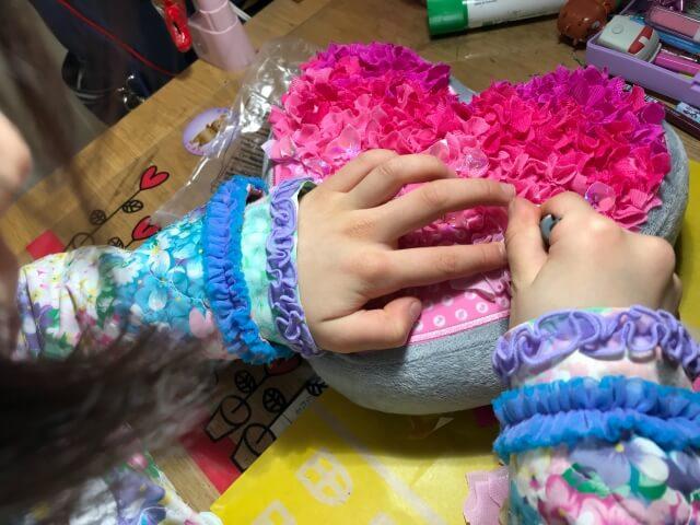 ボーネルンド「プッシュクラフト・クッションハート」作りに熱中している子供