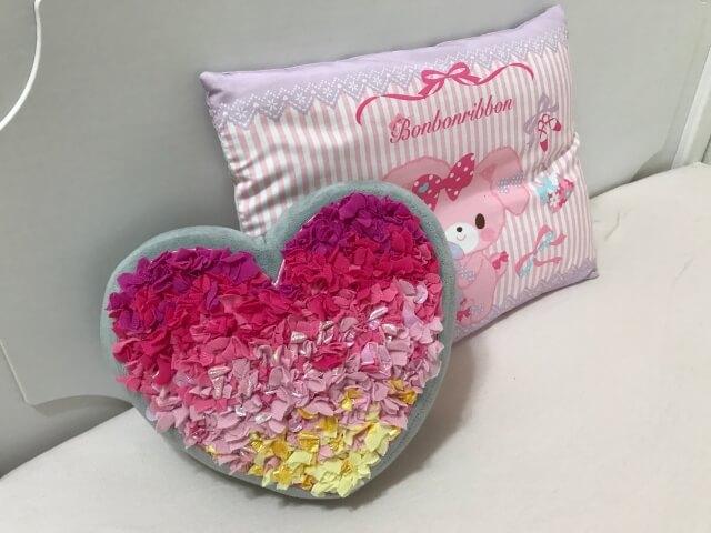 ボーネルンド「プッシュクラフト・クッションハート」をベッドの枕元に飾っている