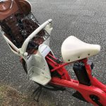電動アシスト自転車のチャイルドシートに「ねこブロック」を乗せた様子