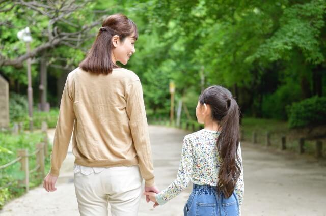 親子で手を繋いで歩いている