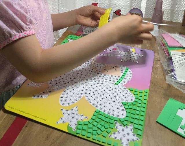 ボーネルンド「スティッキーモザイク・プリンセスのものがたり」を子供が作っている様子