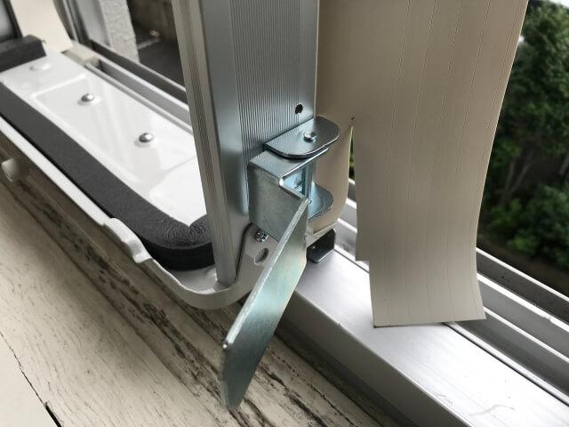 コロナ窓用エアコン取付枠の戸側パッキンのゴムを切る