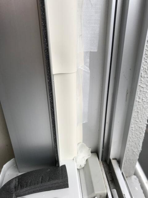 コロナ窓用エアコン取付枠右側から外気が入らないようにパテで埋める(左下部)