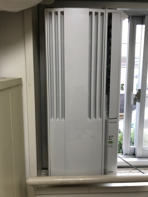 コロナ窓用エアコンを取付枠に設置