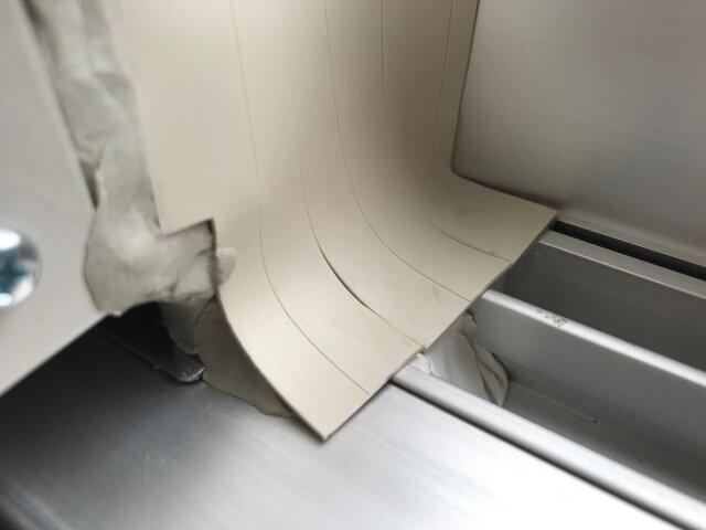 コロナ窓用エアコン取付枠右側から外気が入らないようにパテで埋める(右下部)