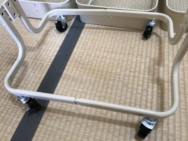 アイリスプラザの3段キッチンワゴン、土台と車輪の取り付けが完了