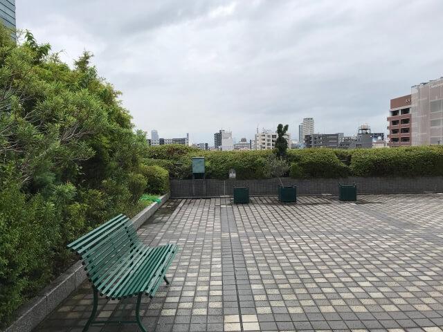 「OCAT屋上ガーデン」広場とベンチ