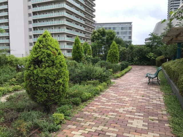 「OCAT屋上ガーデン」緑の小道