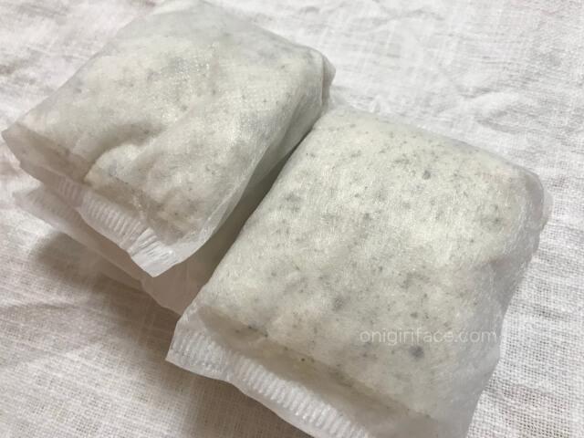 ダイソー「油吸収パット(日本製)」を袋から取り出した