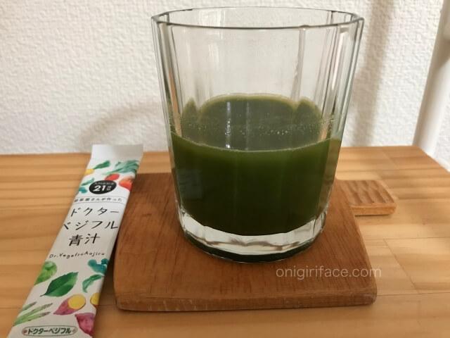 「ドクターベジフル青汁」粉末と水をかき混ぜた