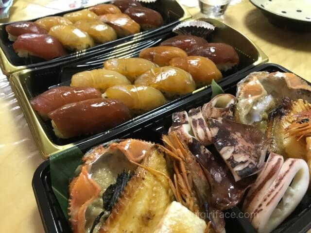 「磯丸水産」でテイクアウトした島寿司セット、磯丸焼きセット