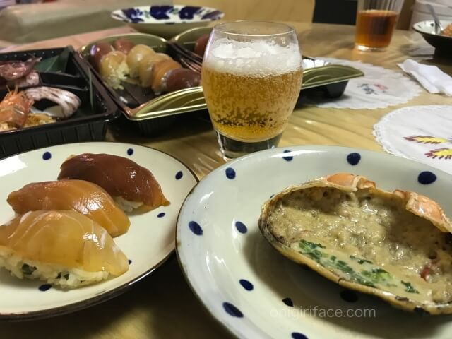 「磯丸水産」でテイクアウトした「島寿司セット」と「磯丸焼きセット」を食べている