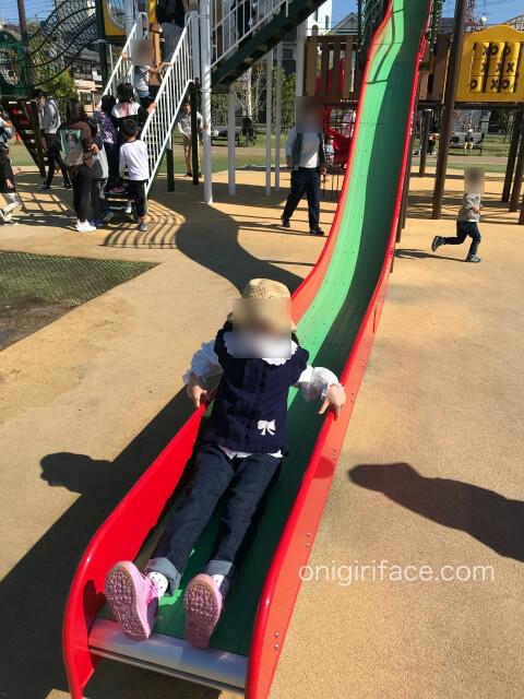 大枝公園の複合遊具「大枝のとりで」のロングすべり台