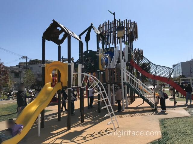 大枝公園の複合遊具「大枝のとりで」並みになっている滑り台