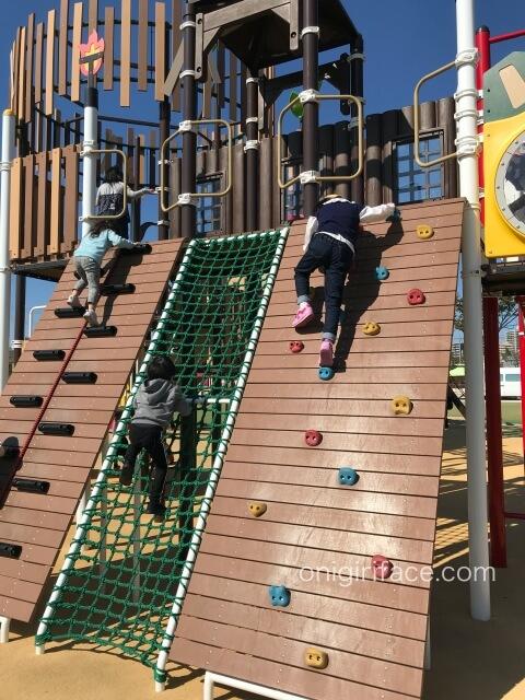 大枝公園の複合遊具「大枝のとりで」ボルダリング