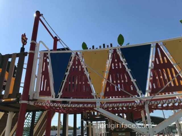 大枝公園の複合遊具「大枝のとりで」ネットの道