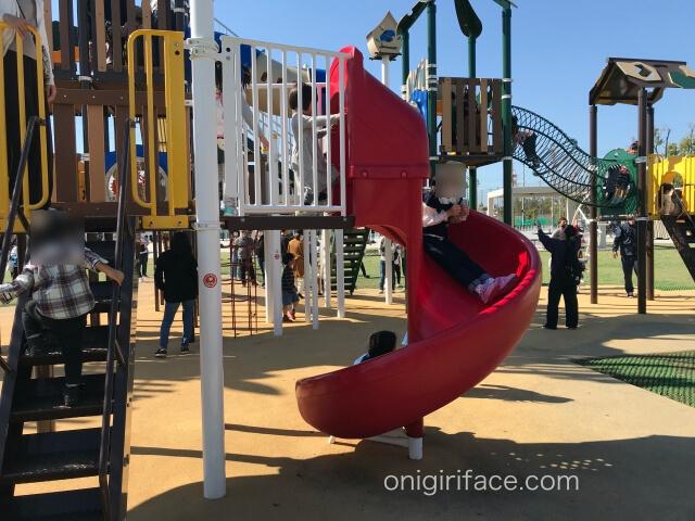 大枝公園の複合遊具「大枝のとりで」回転滑り台