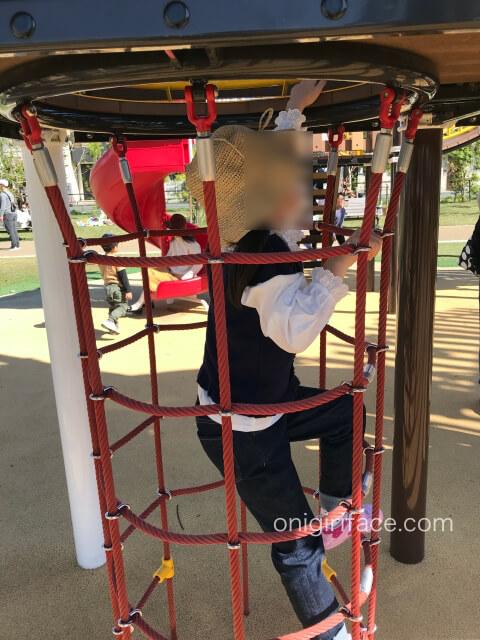 大枝公園の複合遊具「大枝のとりで」ネットのはしご