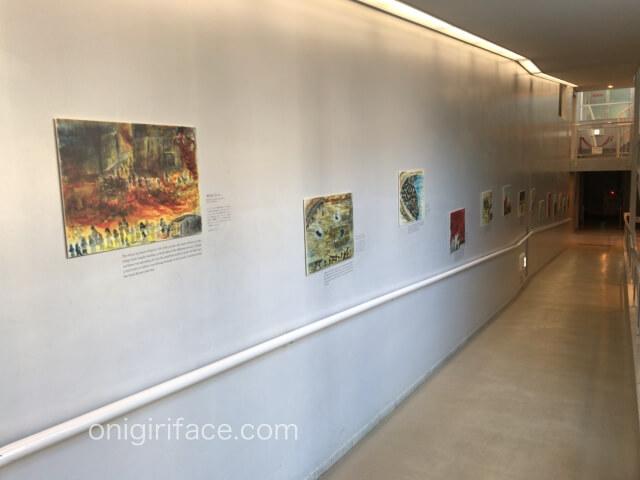 「ピースおおさか大阪国際平和センター」スロープにある戦争体験画