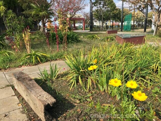 「西弓削公園」芝生と花壇