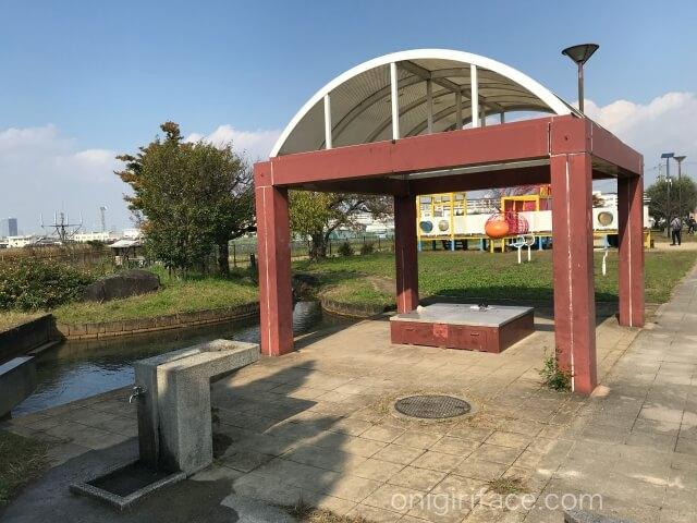 「西弓削公園」ベンチと手洗い場