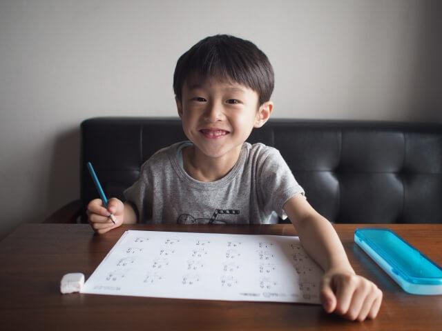 公文通信教育の教材を取り組む子供
