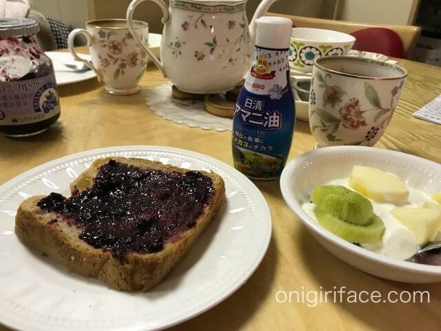 朝食のパンと日清アマニ油入りヨーグルト