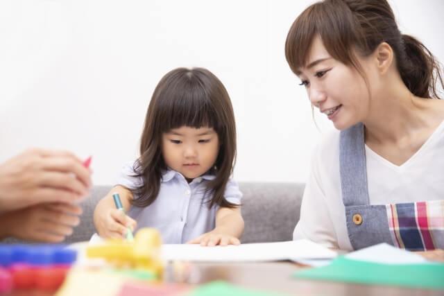 幼児教室の先生と生徒