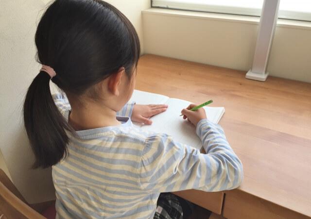 小学生の女の子が勉強をしている様子