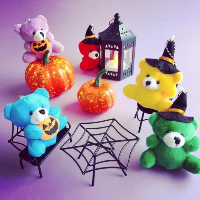 キャンドゥ「ハロウィングッズ2021」かぼちゃを持ったくまさん、魔女の帽子をかぶったくまさんのミニぬいぐるみ