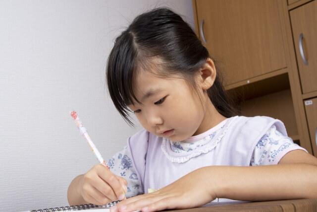 家庭教師と学習する女の子