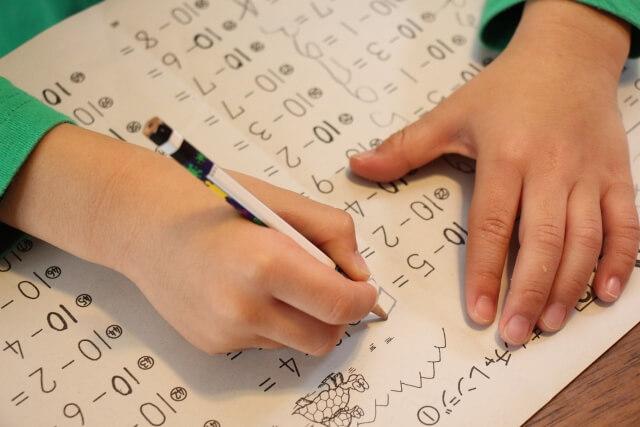 算数の引き算の宿題をしている