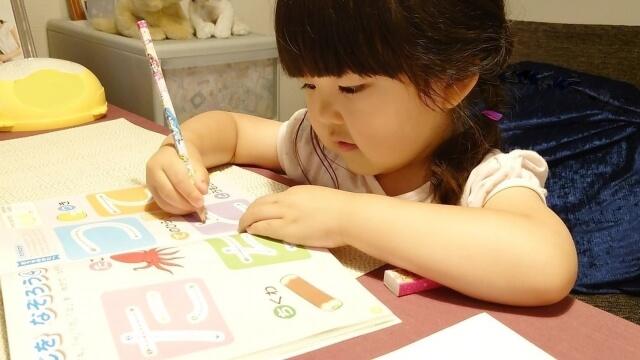 通信教育を学習する幼児(女の子)