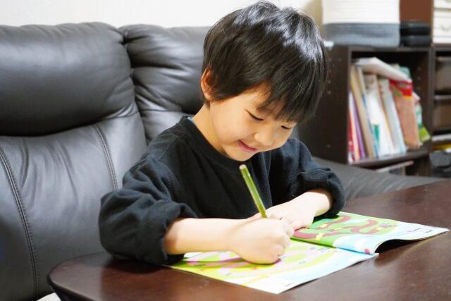 通信教育を学習する幼児(男の子)
