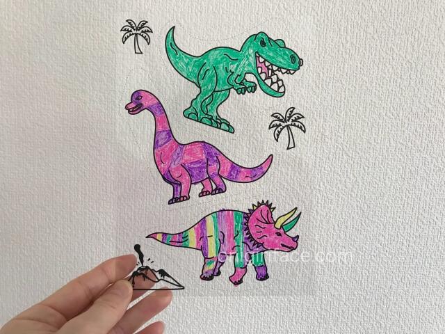 100均ダイソー(Daiso)「イラスト入りプラバンキュコット・きょうりゅう(恐竜)」色を塗った様子