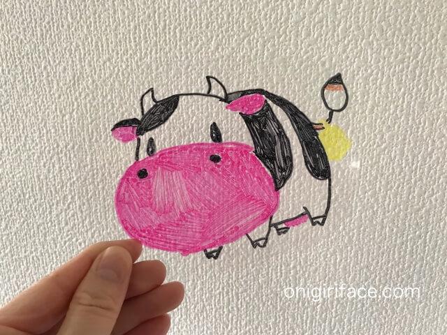100均ダイソー(Daiso)「プラバンキュコット・透明」牛の絵と色塗りが完成