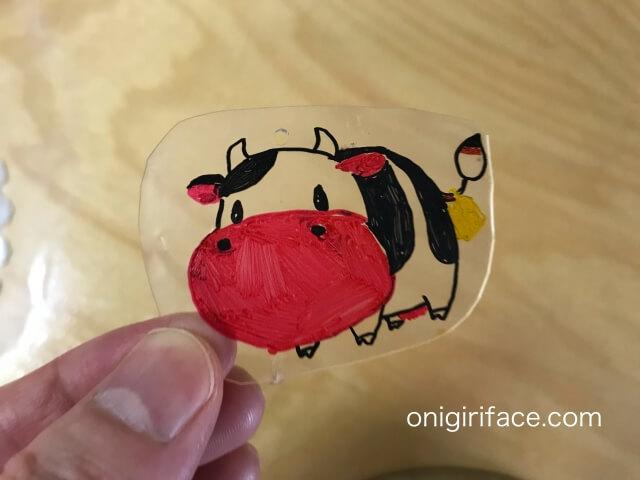 100均ダイソー(Daiso)「プラバンキュコット・透明」牛の作品が完成