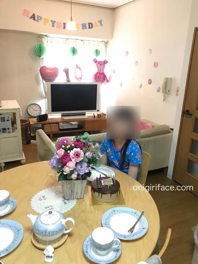 100均ダイソー「誕生日パーティーグッズ」で部屋を飾り付けした後に、誕生日会をしている様子