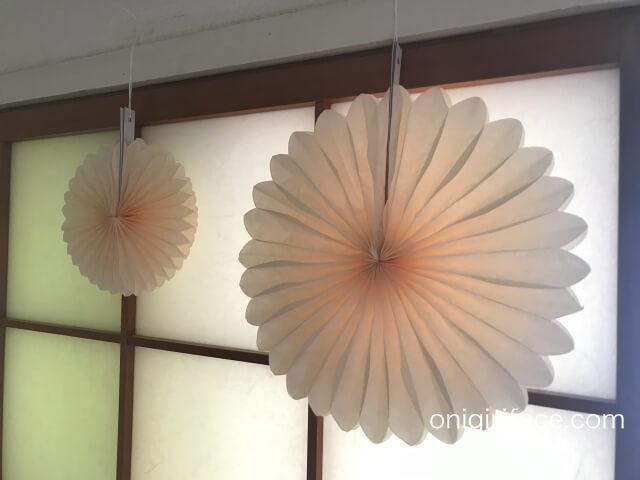 ダイソー誕生日パーティーグッズ「ペーパーファン」(イエロー・35cm、25cm、15cmの3種類)飾り付けの様子