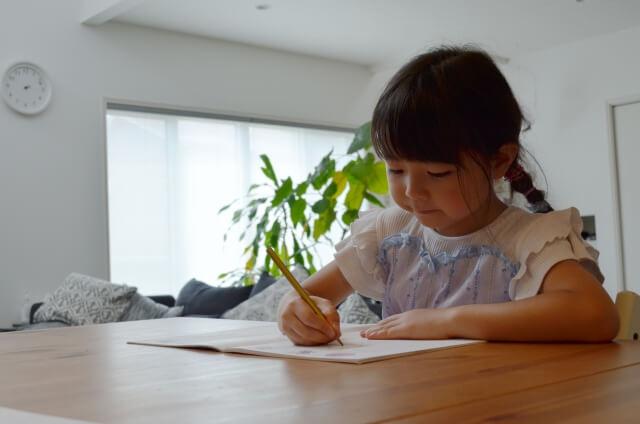 宿題をする小学生の女の子