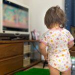 ディズニー英語システム(DWE)を見ている赤ちゃん